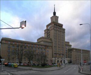 800px-HotelCrownePlazaPrague